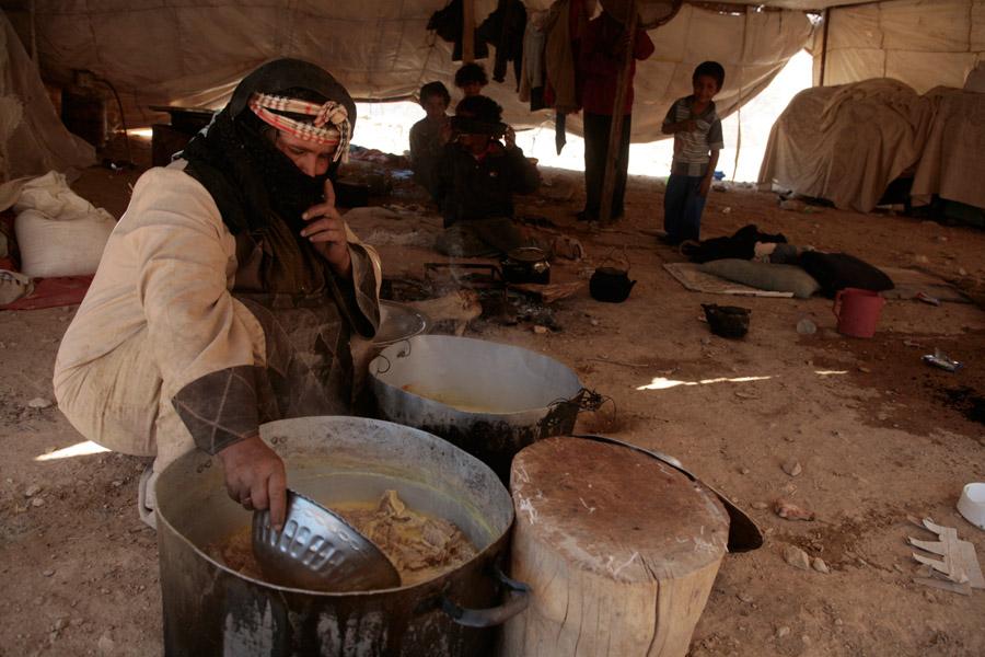 3 mai 2008 - Préparation du Mansaf - Mahram de la maison Abou Moussa, campement de bédouins Sab'aoueya — el-Sagha, ouest du Mont Nebo-Ma'daba - Jordanie