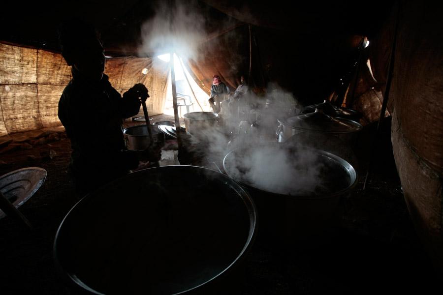 Vendredi 4 avril 2008 - Mariage de 'Ali Hussein el-Massa'eid - Préparation du plat el-mansaf dans la tente de cuisine pour le repas d'une centaine personnes invitées à midi. Le cuisinier égyptien Nabil Abou Rami et son fils - près de el-Safawi - Jordanie