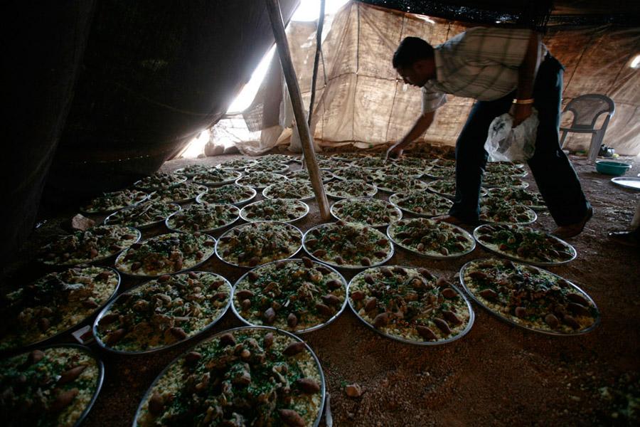 Vendredi 4 avril 2008 - Mariage de 'Ali Hussein el-Massa'eid - Préparation des plats et service du repas, le lendemain de la noce - près de el-Safawi - Jordanie