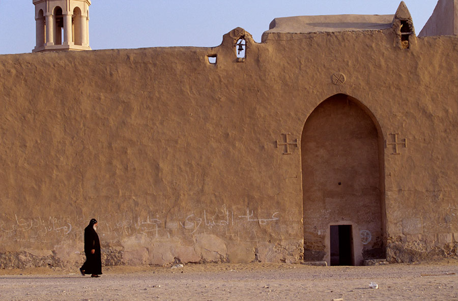 Old fortified southern door of Deir Baramos monastery. Wadi al-Natrun - Mar 2000