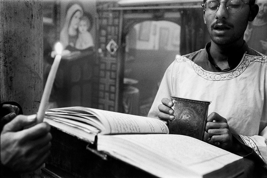 Gospel reading, mass at Deir el-Malak Mikhaïl. Near Beni Suef - Mar 2000
