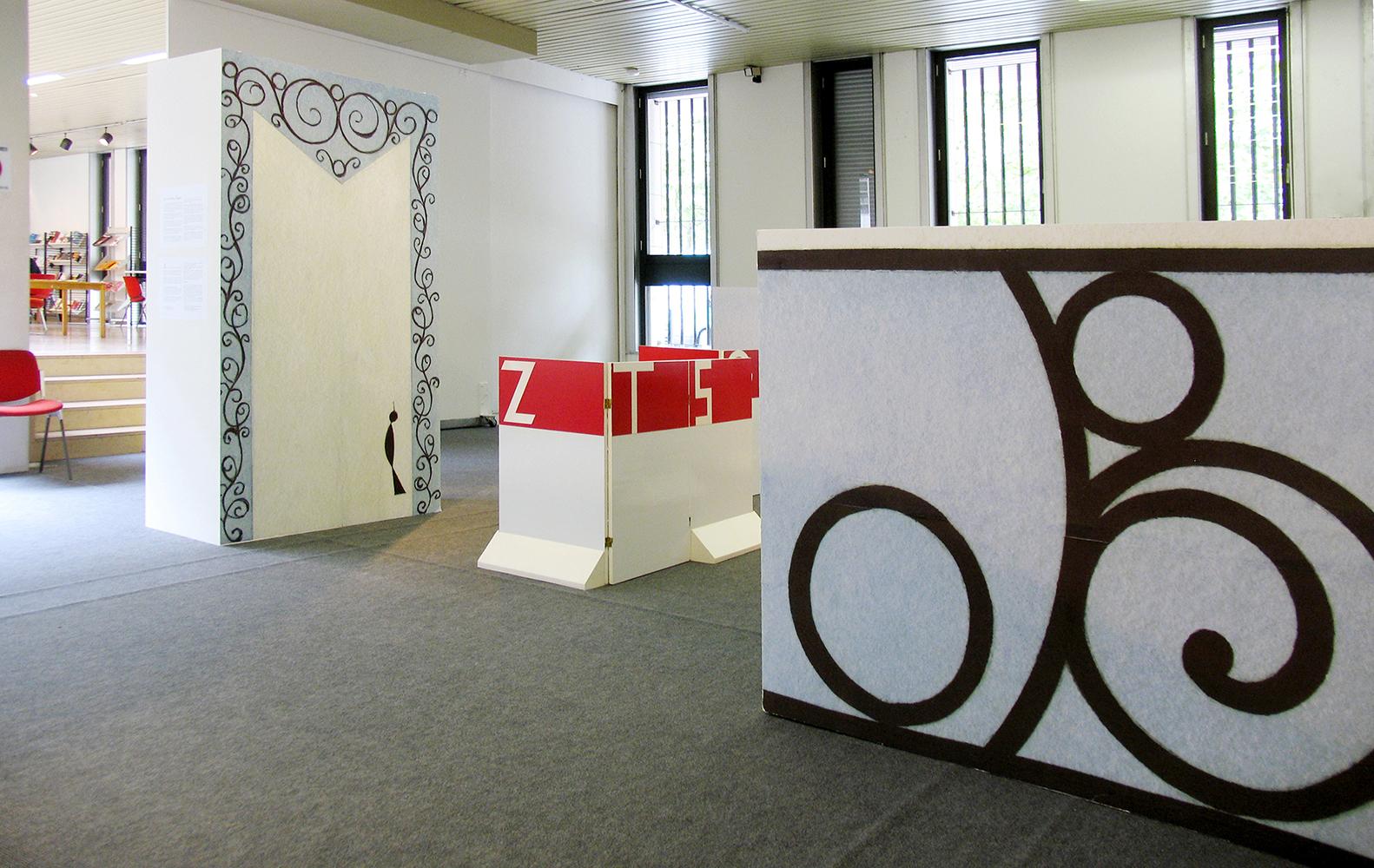 """avril-juin 2008 - Scénographie de l'exposition itinérante """"Signes-Jeux"""" de Anne Bertier - Médiathèque de Roubaix."""